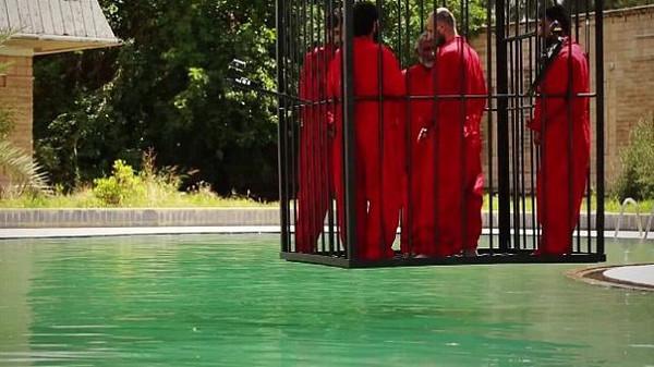 داعش يغرق سجناء داخل قفص