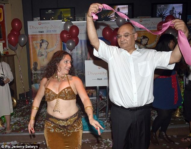 كيث يرقص الى جوار راقصة