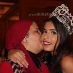 والدة نادين تقبلها بعد الفوز