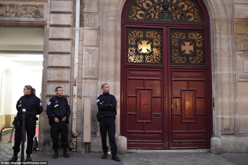 الشرطة امام الفندق الذى شهد السرقة