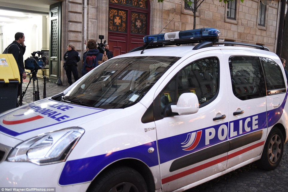 سيارة الشرطة امام الحادث