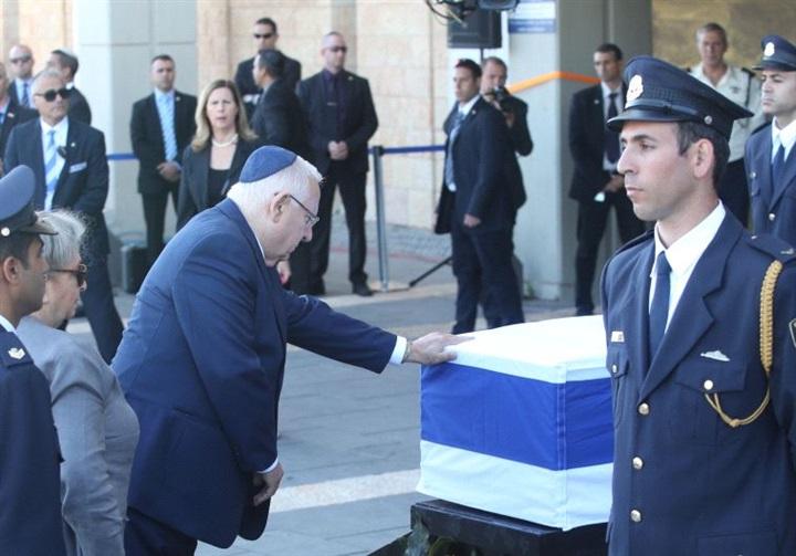 الرئيس الاسرائيلى امام تابوت شيمون بيريز
