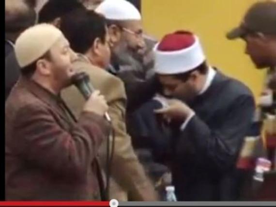 مظهر شاهين يقبل يد صفوت حجازى